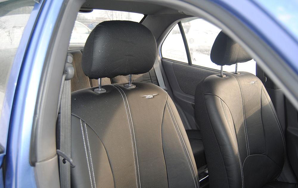 Салон автомобиля с виниловыми чехлами
