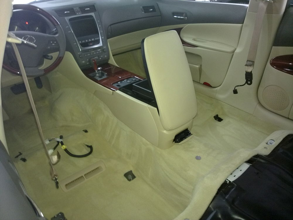 Разобранный салон автомобиля Lexus