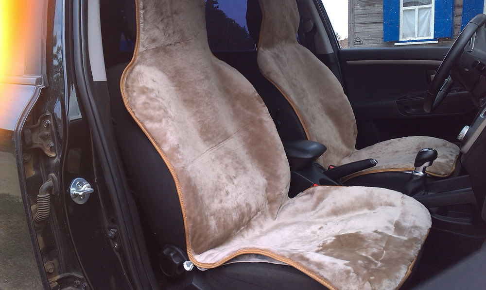 Салон автомобиля с овчинными накидками
