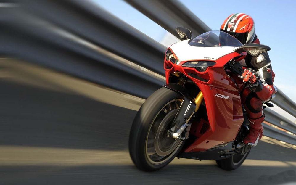 Красный спортивный мотоцикл