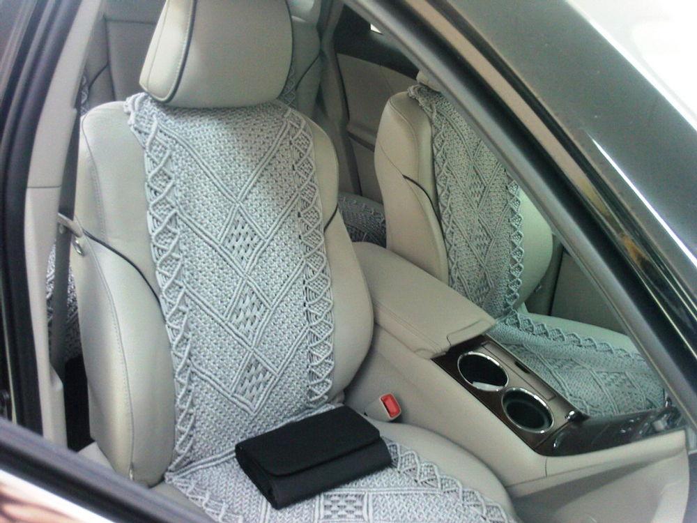 Салон автомобиля с плетеными чехлами на сиденьях