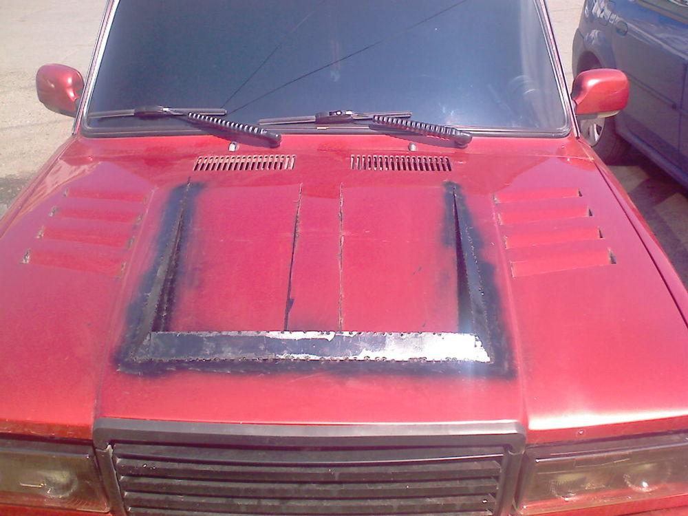 Красный ВАЗ 2105 с тюнингованным капотом