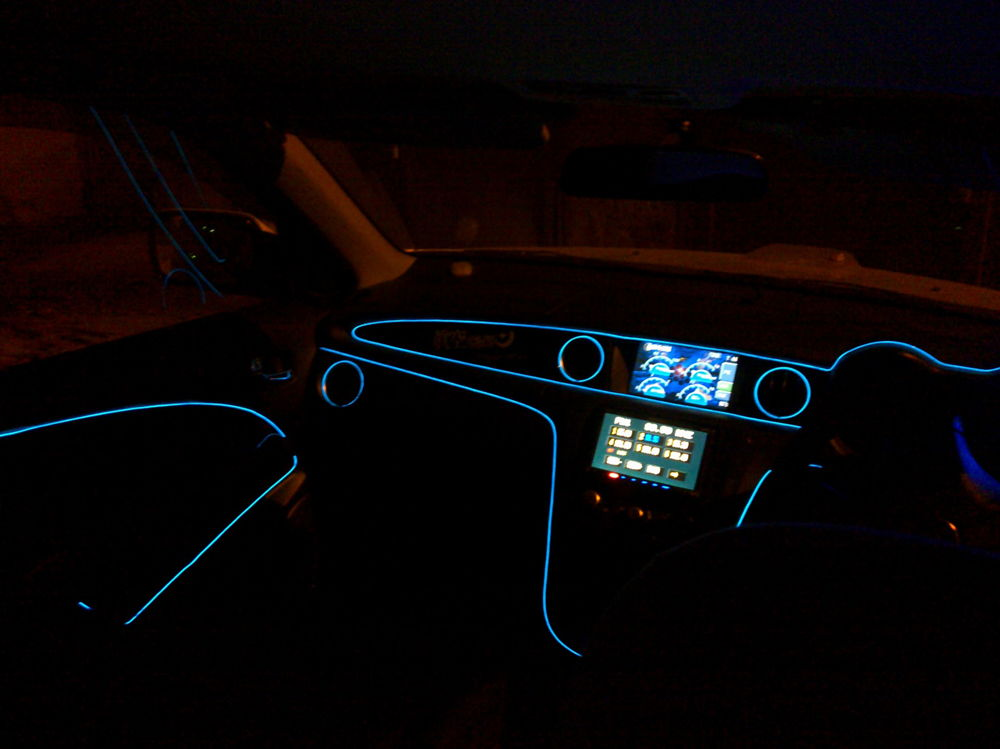 Салон автомобиля с подсветкой по контуру