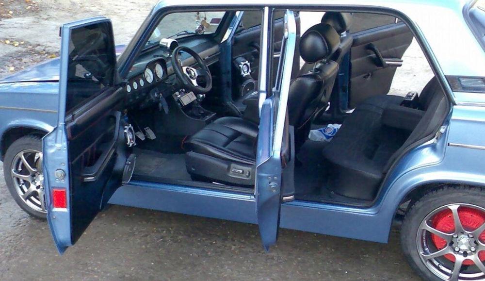 ВАЗ 2106 с открытыми дверями