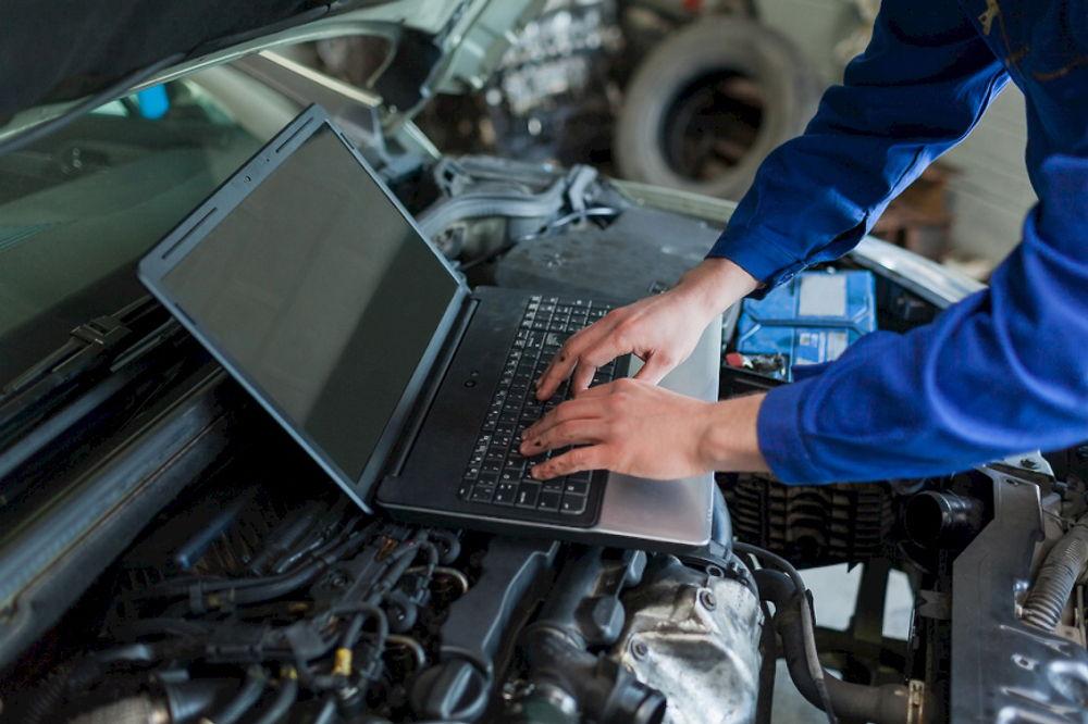 Ноутбук на двигателе авто