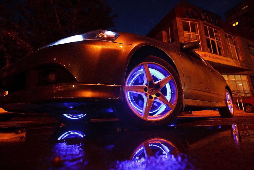 Автомобиль с подсветкой дисков синего цвета