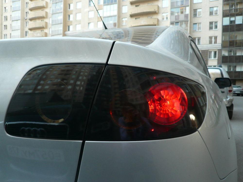 Задние фары автомобиля Mazda с тонировкой