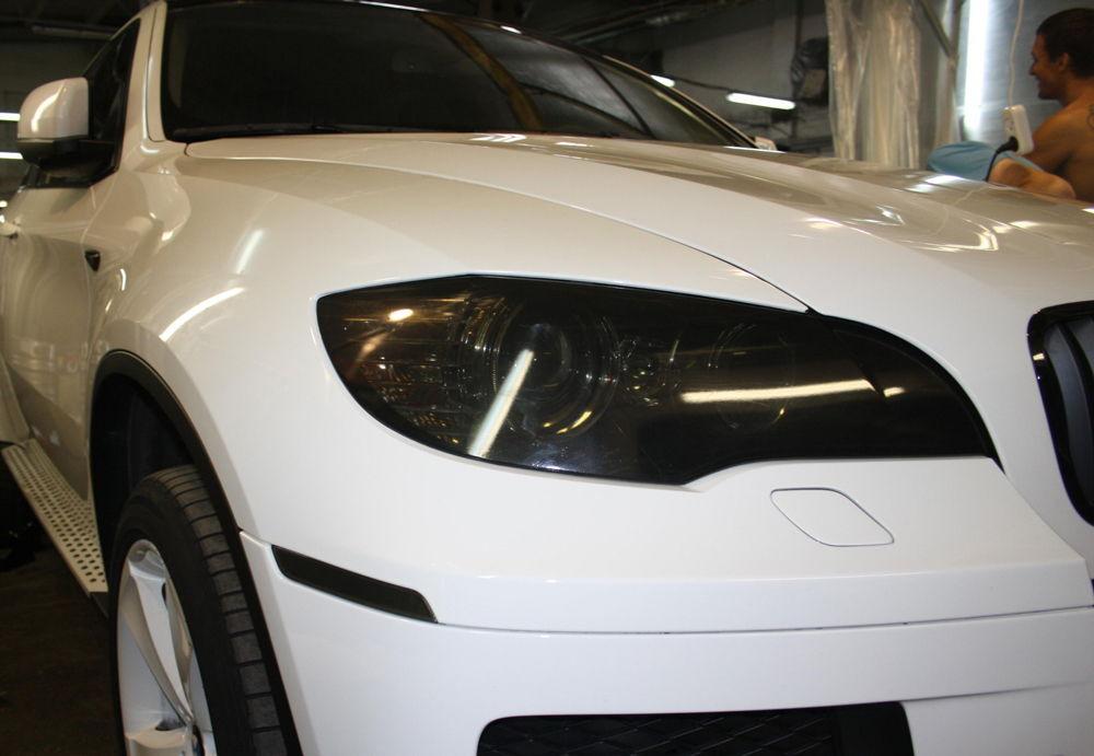 Белая BMW X6 с тонированными фарами