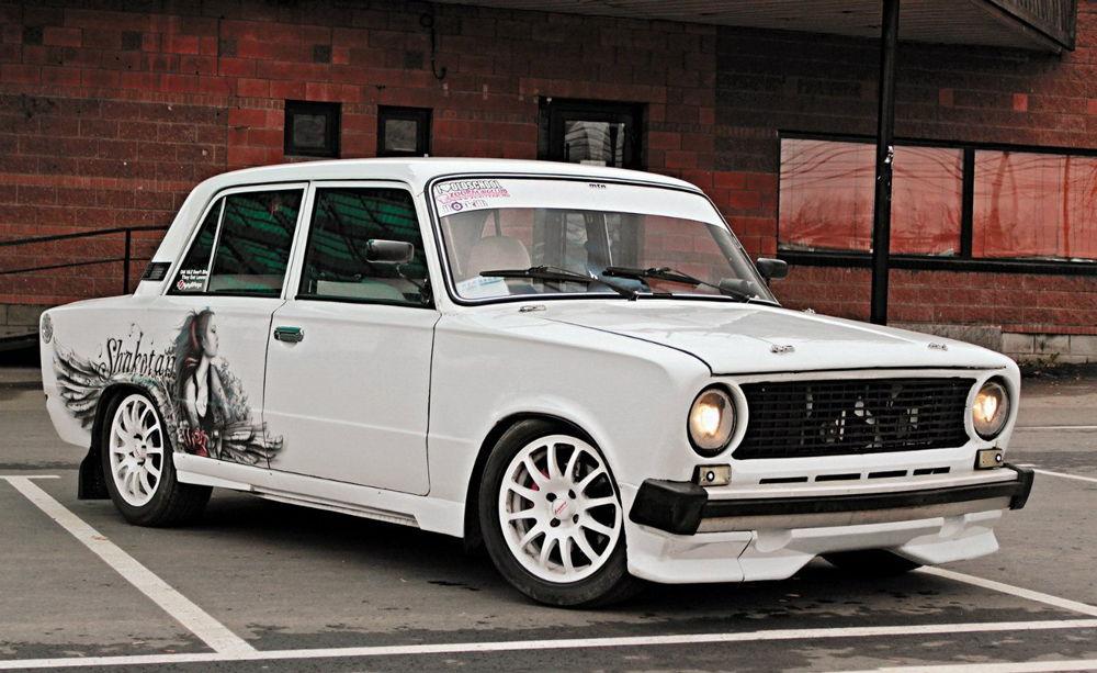 Тюнингованный ВАЗ-2101 белого цвета