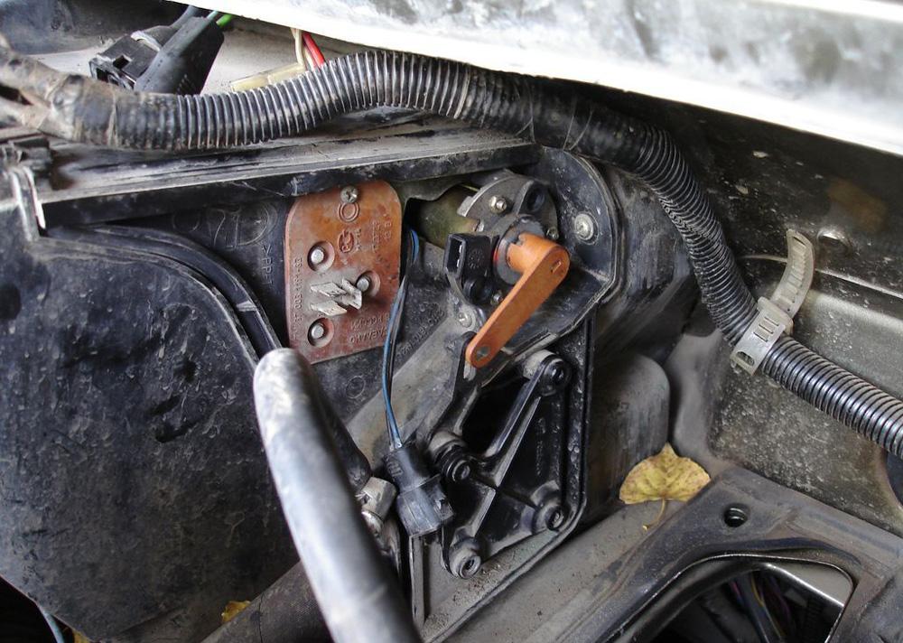 Установленный моторедуктор заслонки в Лада Приора