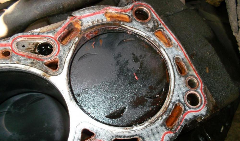 Прокладка головки двигателя пробита