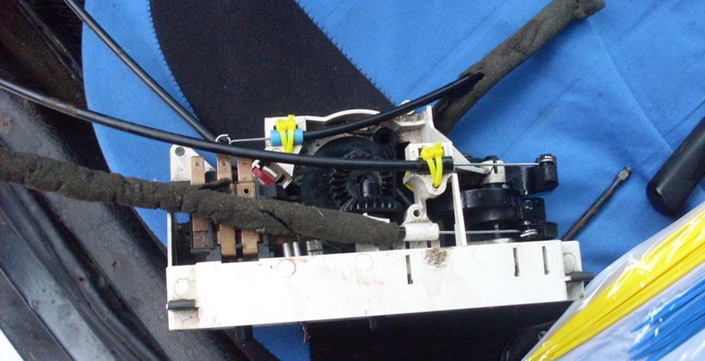 Поломка креплений тросиков регулировки заслонок