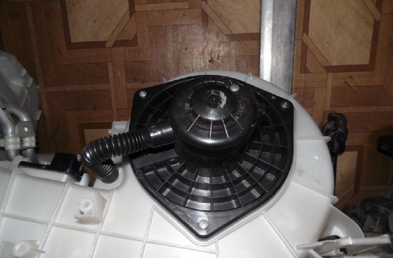Установленный двигатель печки