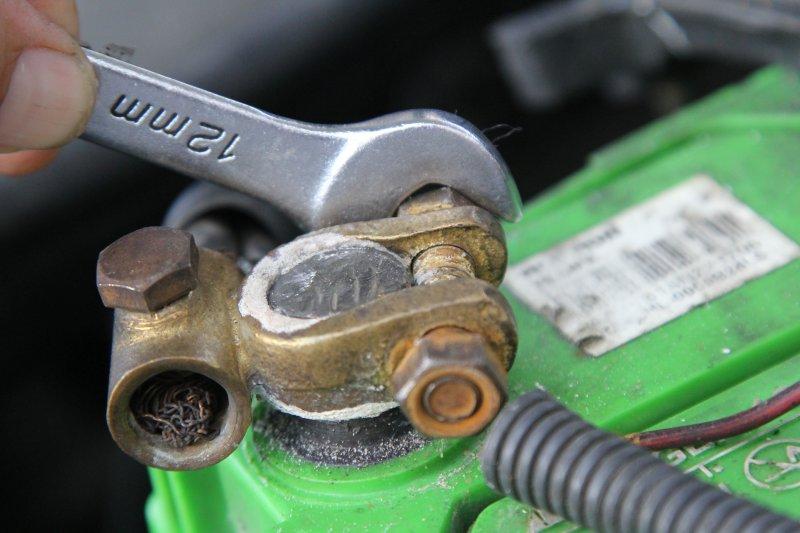 Очистка клемм на автомобильном аккумуляторе