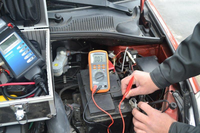 Замер показателей на аккумуляторе авто