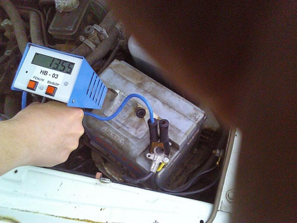 Диагностировать аккумуляторную батарею нагрузочной вилкой