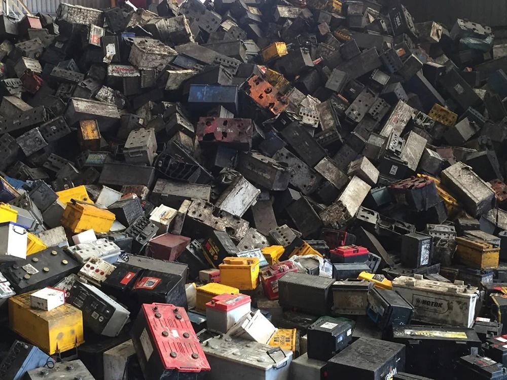Выброшенные автомобильные аккумуляторы