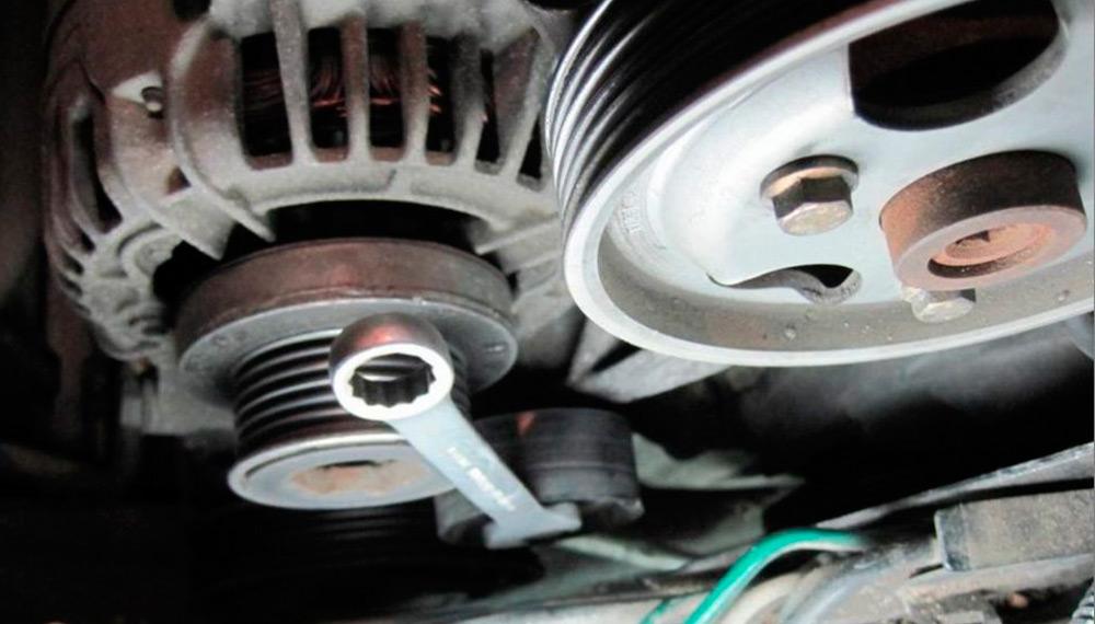 заменить ремень и генератор Renault Symbol